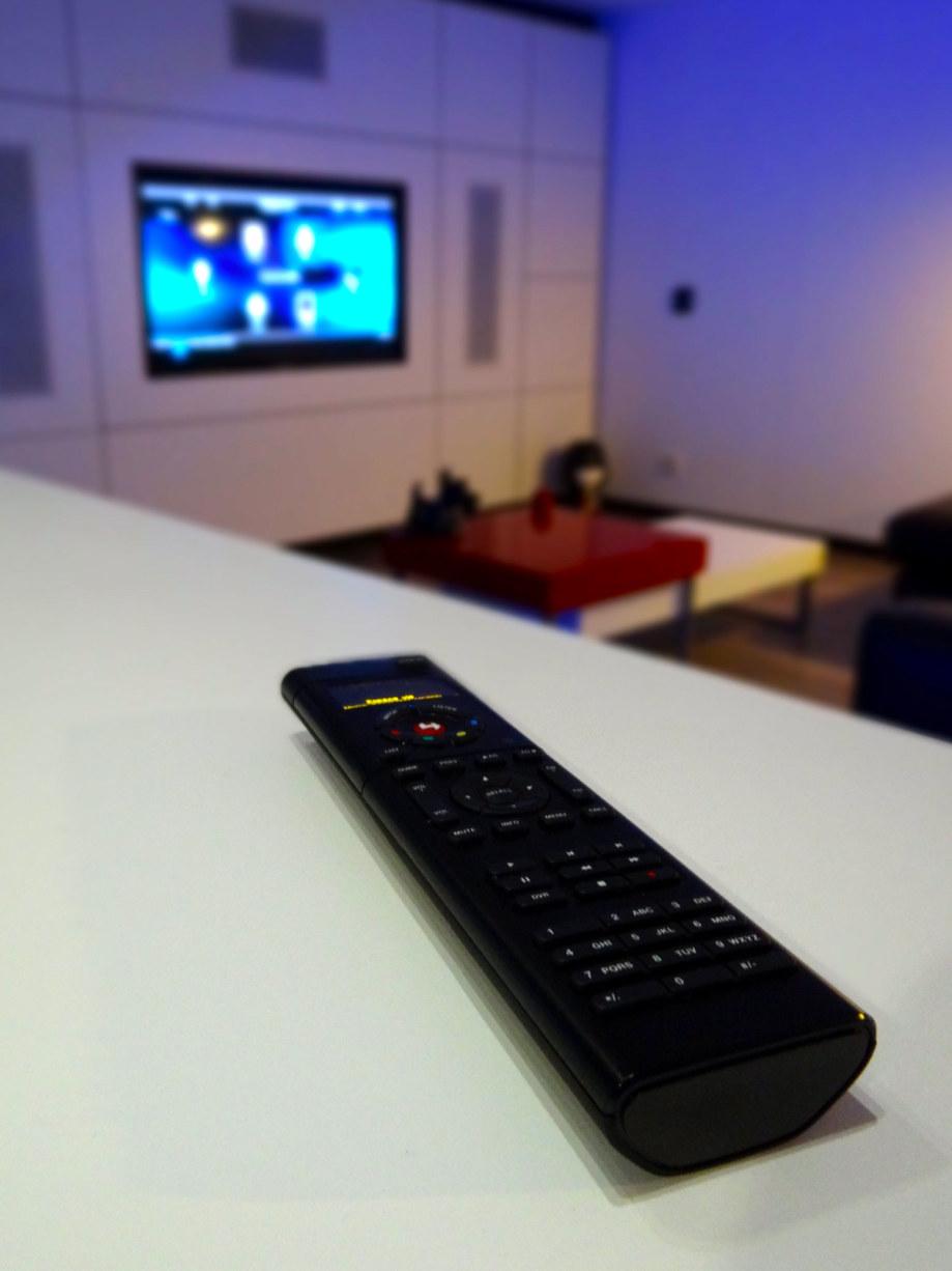 Loft, vue salon et télécommande